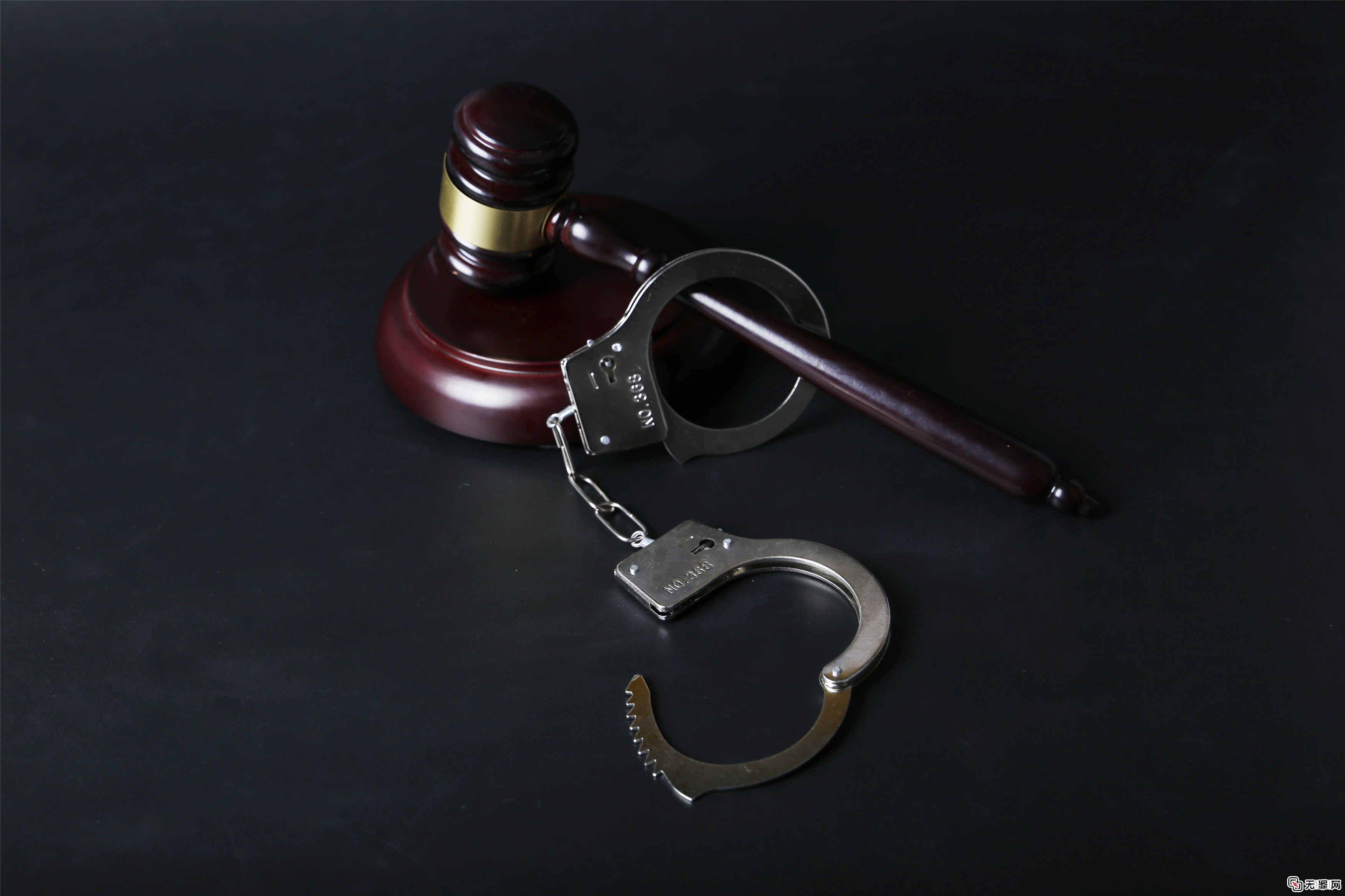 <b>砍伤强行抬人进屋邻居,法院认定正当防卫无罪</b>